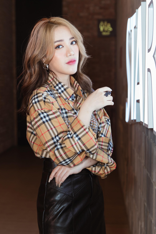 """Phùng Khánh Linh tái hiện lại hình ảnh hai nghệ sĩ đình đám thế giới trong MV """"Cô gái nhân ái"""" - Ảnh 1."""