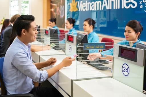 Giá vé bay Tết Vietnam Airlines bất ngờ rẻ hơn Vietjet, Bamboo Airways - Ảnh 1.