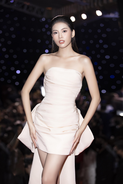 """Trần Tiểu Vy, """"mỹ nhân Cao Bằng chân dài 1m22""""... gây """"sốt"""" nhờ váy gợi cảm đẹp tựa nữ thần  - Ảnh 8."""