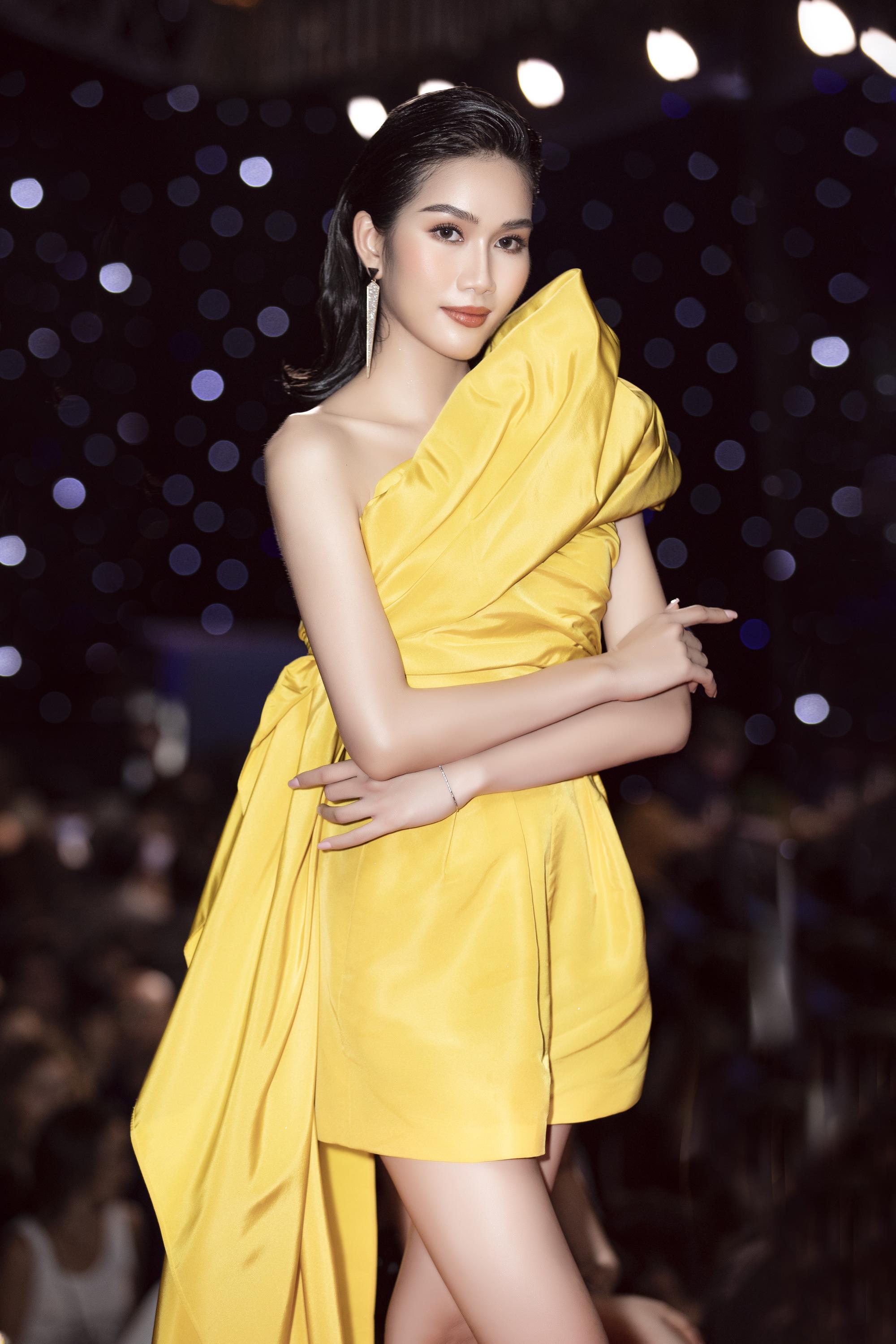 """Trần Tiểu Vy, """"mỹ nhân Cao Bằng chân dài 1m22""""... gây """"sốt"""" nhờ váy gợi cảm đẹp tựa nữ thần  - Ảnh 9."""