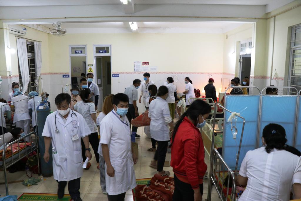 Hình ảnh bác sỹ nỗ lực cứu chữa 153 người ngộ độc xôi từ thiện - Ảnh 1.