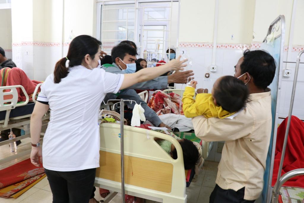 Hình ảnh bác sỹ nỗ lực cứu chữa 153 người ngộ độc xôi từ thiện - Ảnh 4.