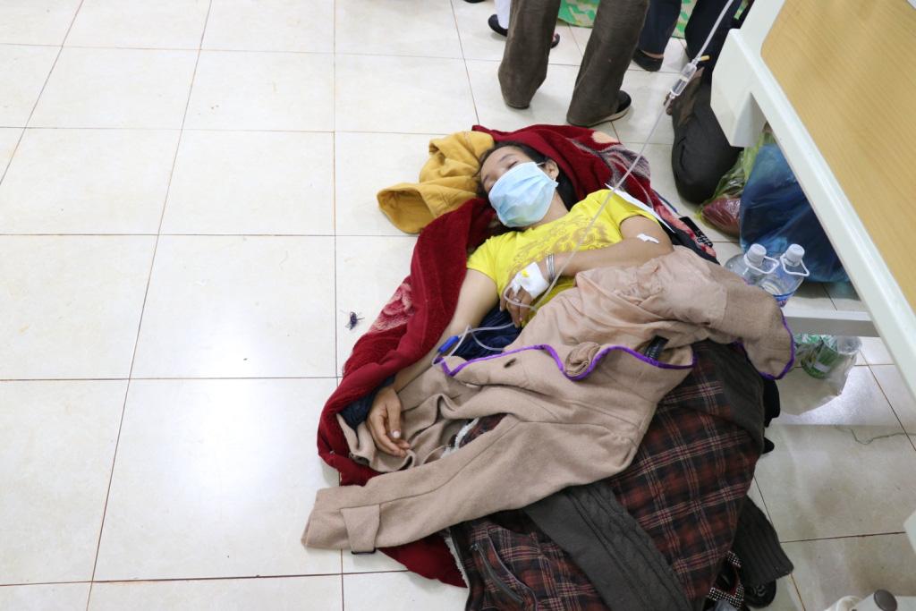 Hình ảnh bác sỹ nỗ lực cứu chữa 153 người ngộ độc xôi từ thiện - Ảnh 10.