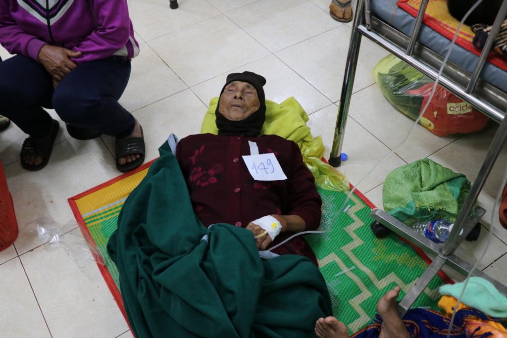 Hình ảnh bác sỹ nỗ lực cứu chữa 153 người ngộ độc xôi từ thiện - Ảnh 11.