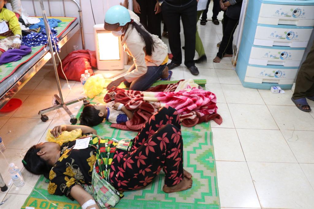Hình ảnh bác sỹ nỗ lực cứu chữa 153 người ngộ độc xôi từ thiện - Ảnh 9.