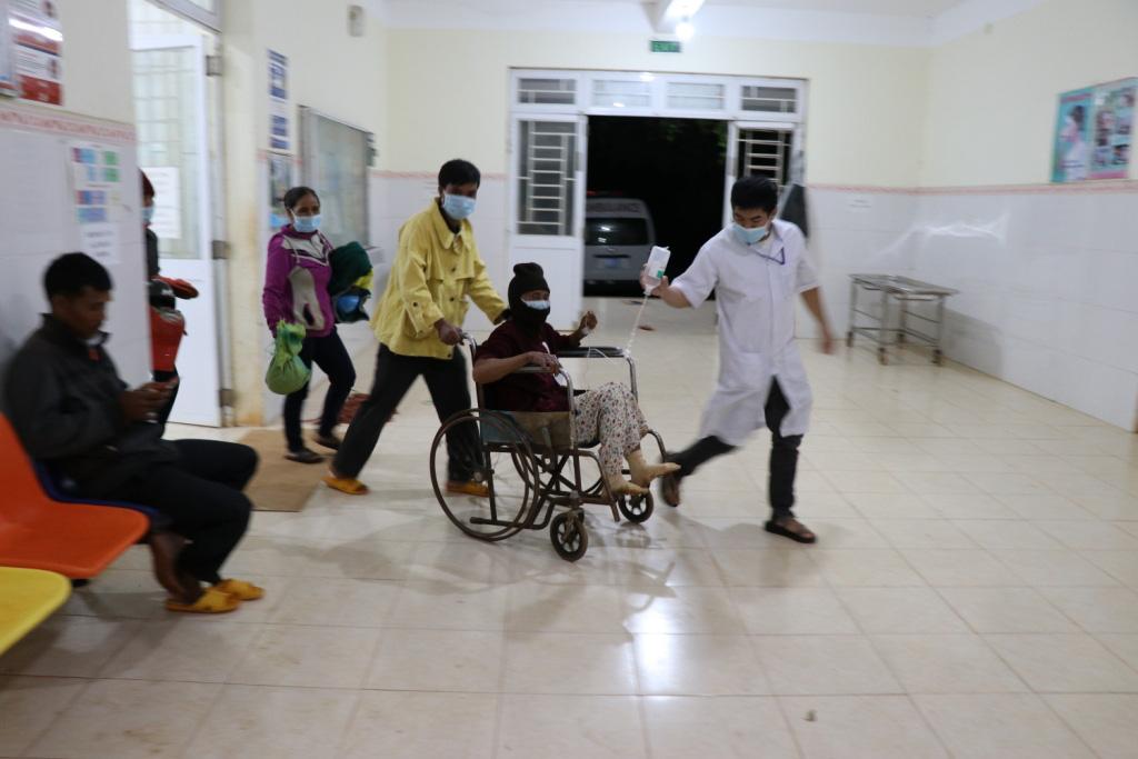 Hình ảnh bác sỹ nỗ lực cứu chữa 153 người ngộ độc xôi từ thiện - Ảnh 7.