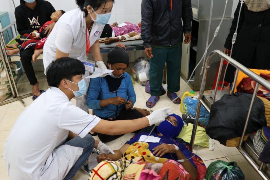 Hình ảnh bác sỹ nỗ lực cứu chữa 153 người ngộ độc xôi từ thiện - Ảnh 5.