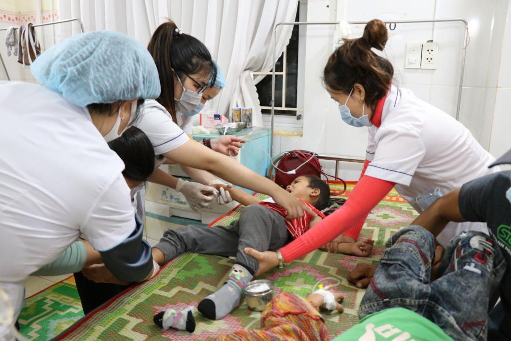 Hình ảnh bác sỹ nỗ lực cứu chữa 153 người ngộ độc xôi từ thiện - Ảnh 2.