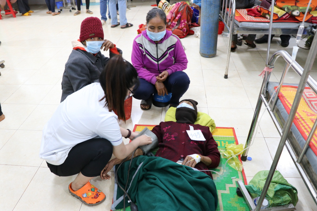 Hình ảnh bác sỹ nỗ lực cứu chữa 153 người ngộ độc xôi từ thiện - Ảnh 13.