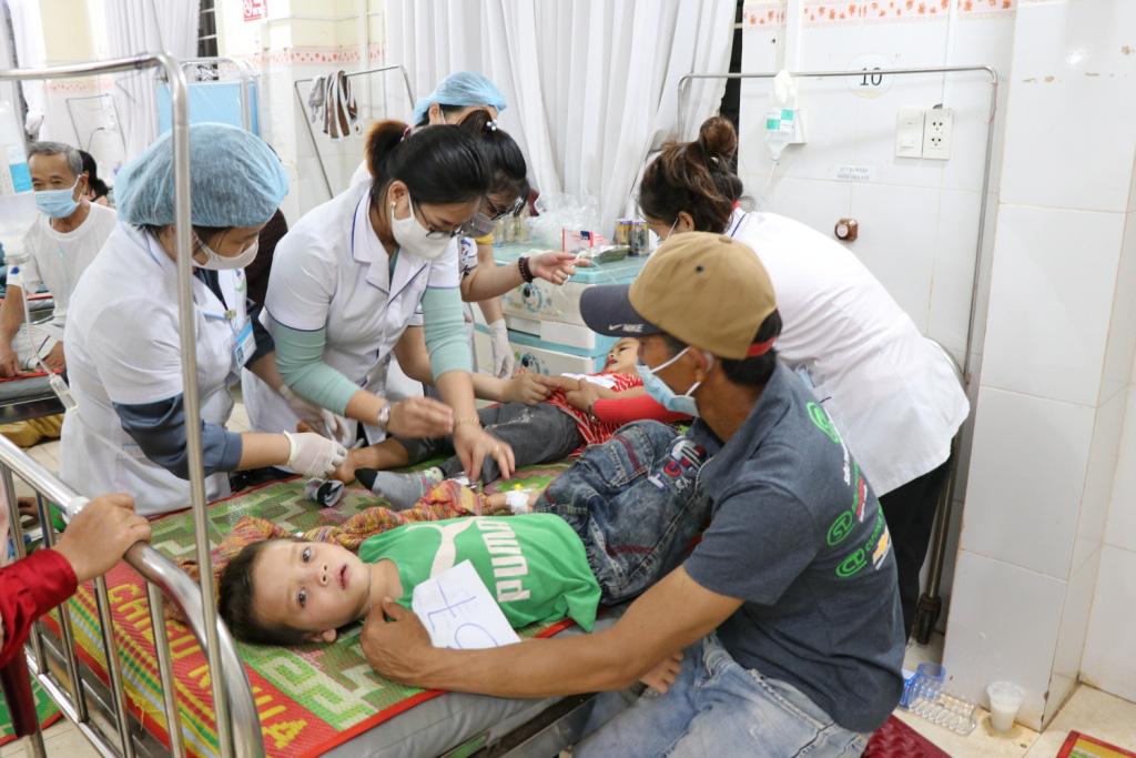 Hình ảnh bác sỹ nỗ lực cứu chữa 153 người ngộ độc xôi từ thiện - Ảnh 3.
