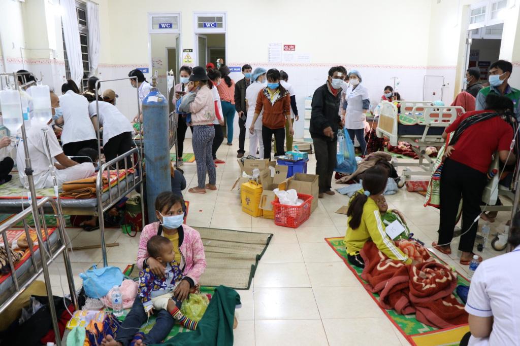 Hình ảnh bác sỹ nỗ lực cứu chữa 153 người ngộ độc xôi từ thiện - Ảnh 12.