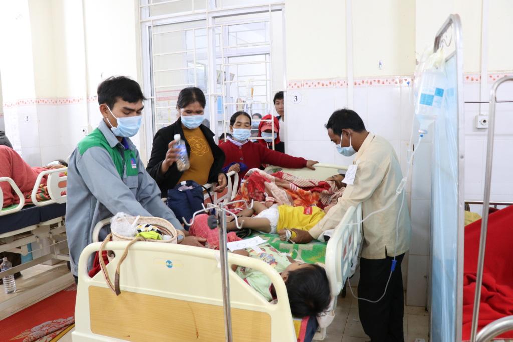 Hình ảnh bác sỹ nỗ lực cứu chữa 153 người ngộ độc xôi từ thiện - Ảnh 8.