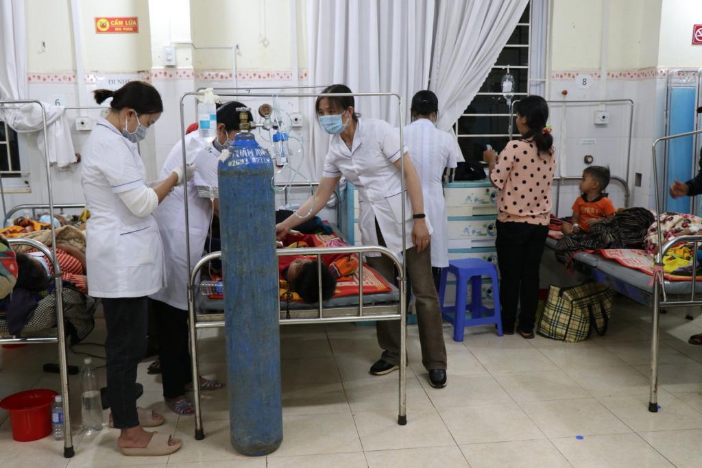 Hình ảnh bác sỹ nỗ lực cứu chữa 153 người ngộ độc xôi từ thiện - Ảnh 6.