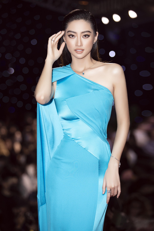"""Trần Tiểu Vy, """"mỹ nhân Cao Bằng chân dài 1m22""""... gây """"sốt"""" nhờ váy gợi cảm đẹp tựa nữ thần  - Ảnh 1."""