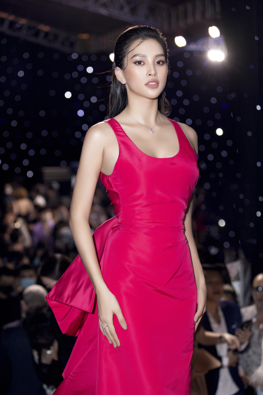 """Trần Tiểu Vy, """"mỹ nhân Cao Bằng chân dài 1m22""""... gây """"sốt"""" nhờ váy gợi cảm đẹp tựa nữ thần  - Ảnh 4."""