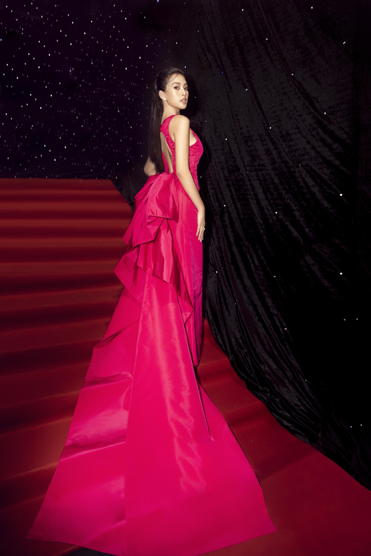 """Trần Tiểu Vy, """"mỹ nhân Cao Bằng chân dài 1m22""""... gây """"sốt"""" nhờ váy gợi cảm đẹp tựa nữ thần  - Ảnh 5."""