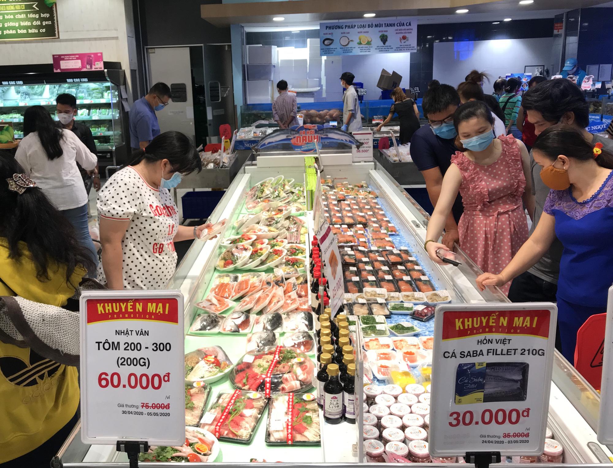 Covid-19 tại TP.HCM: Thực phẩm, hàng hóa dồi dào, người dân phải đeo khẩu trang khi đi chợ, siêu thị - Ảnh 1.