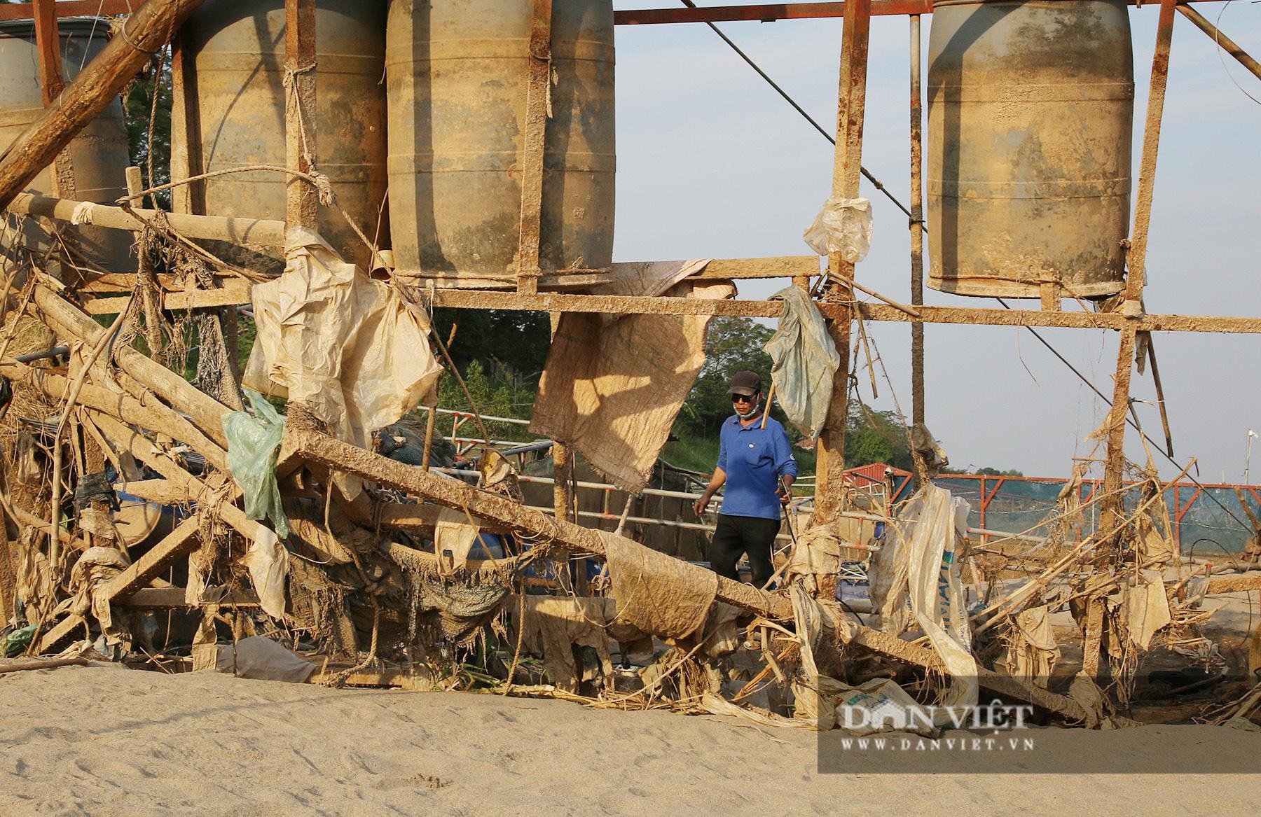 Dân nuôi cá trên sông Đà hút cát để cứu cá do nước sông cạn - Ảnh 11.