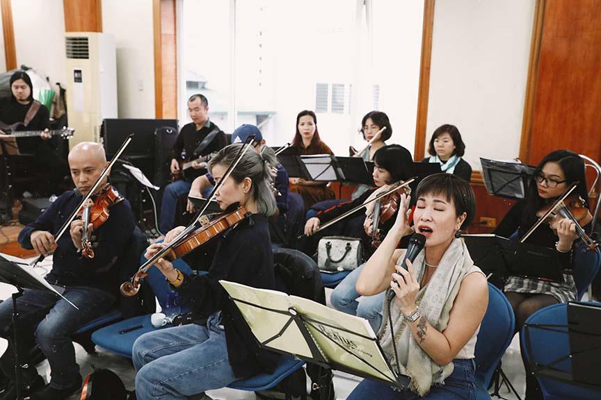 Uyên Linh, Phạm Anh Khoa miệt mài tập luyện cho đêm nhạc The Beatles Symphony   - Ảnh 4.