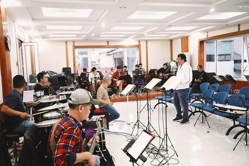 Uyên Linh, Phạm Anh Khoa miệt mài tập luyện cho đêm nhạc The Beatles Symphony   - Ảnh 5.