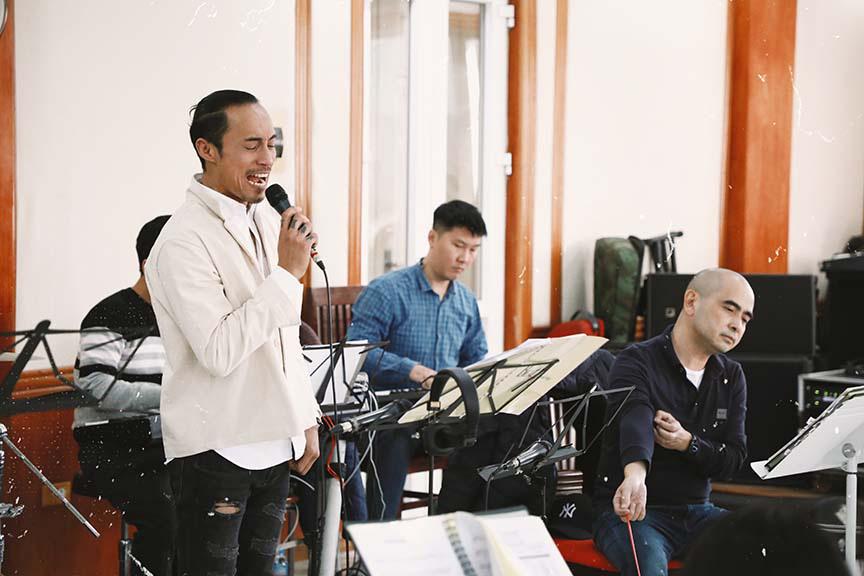 Uyên Linh, Phạm Anh Khoa miệt mài tập luyện cho đêm nhạc The Beatles Symphony   - Ảnh 2.