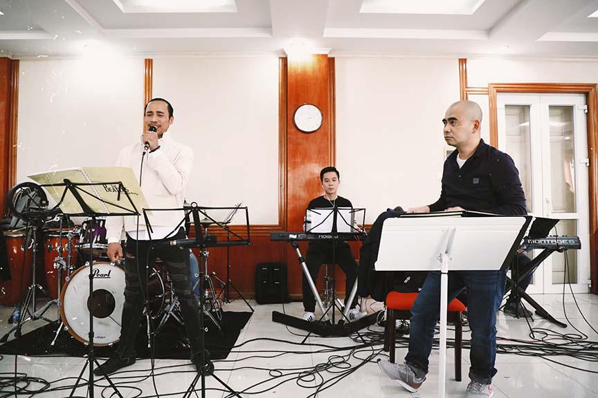Uyên Linh, Phạm Anh Khoa miệt mài tập luyện cho đêm nhạc The Beatles Symphony   - Ảnh 1.