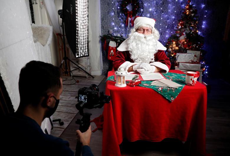 Ảnh: Khắp nơi trên thế giới chào đón Giáng sinh năm 2020 theo cách đặc biệt - Ảnh 11.