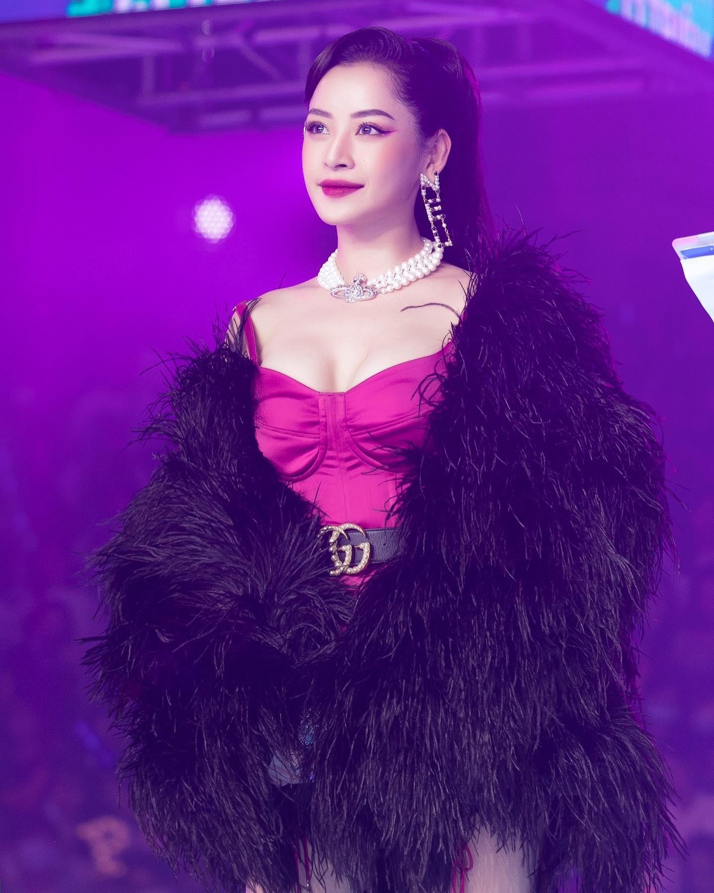 """HOT showbiz: Chi Pu hát live lạc giọng khiến khán giả """"cười ngất"""", đâu phải lần đầu? - Ảnh 4."""