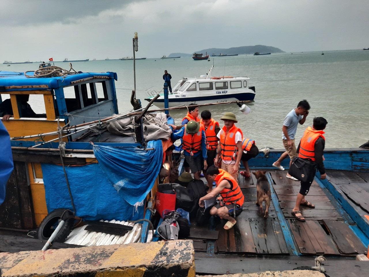Quảng Nam: Tàu vận tải bị thủng khoang máy, 10 thuyền viên được cứu kịp thời - Ảnh 2.