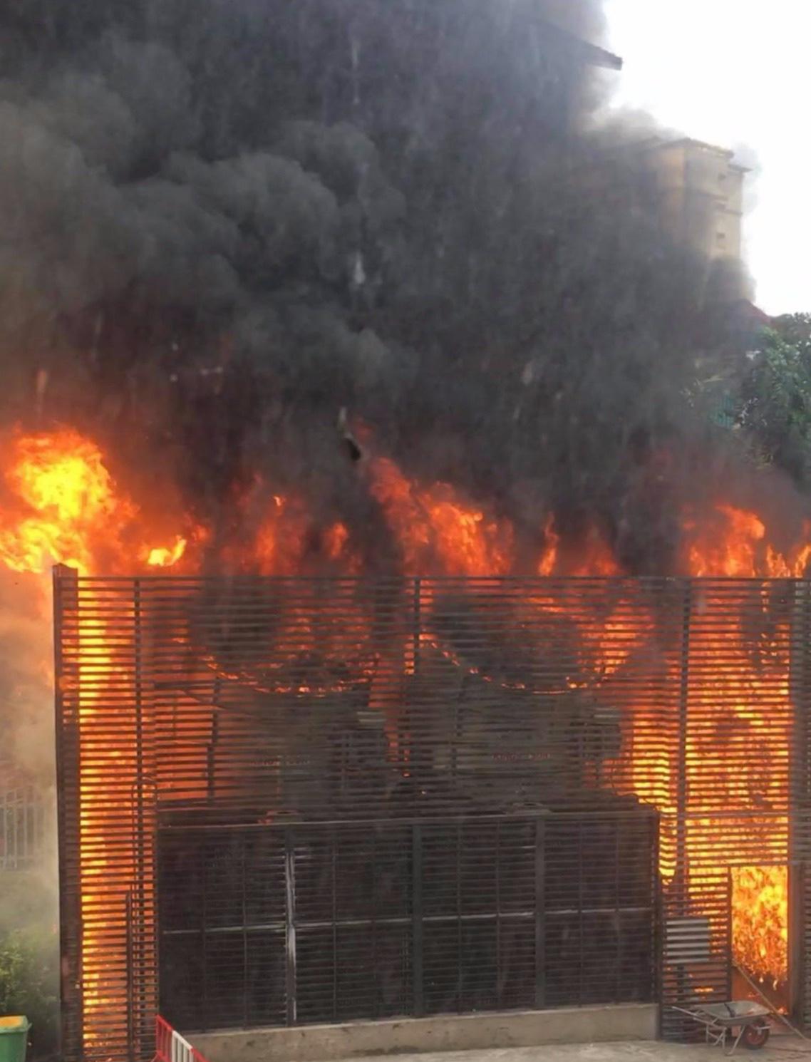 Hà Nội: Cháy hệ thống điều hòa chung cư, hàng trăm người hoảng loạn bỏ chạy - Ảnh 1.