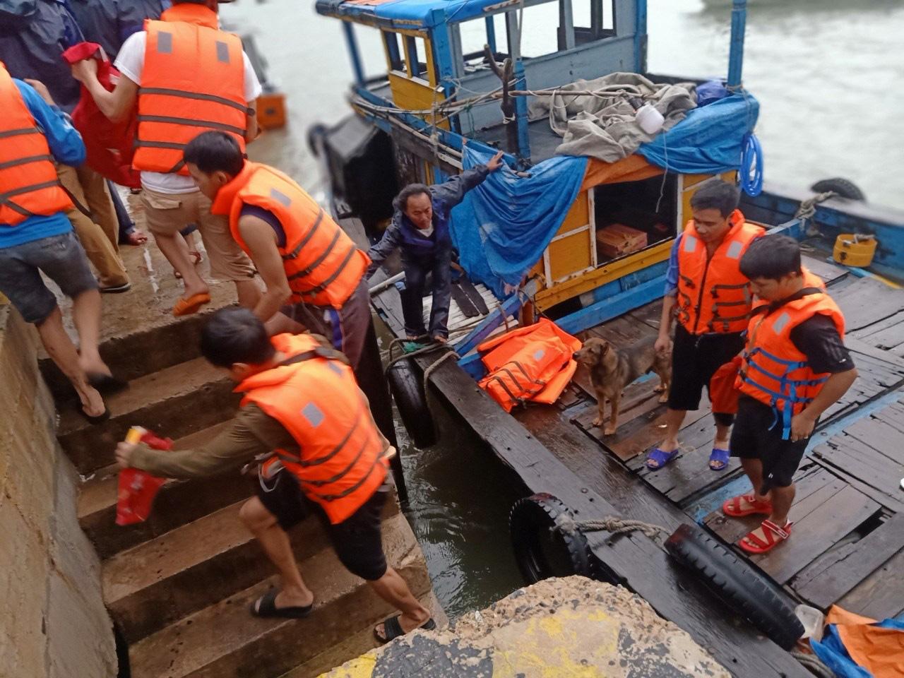 Quảng Nam: Tàu vận tải bị thủng khoang máy, 10 thuyền viên được cứu kịp thời - Ảnh 3.