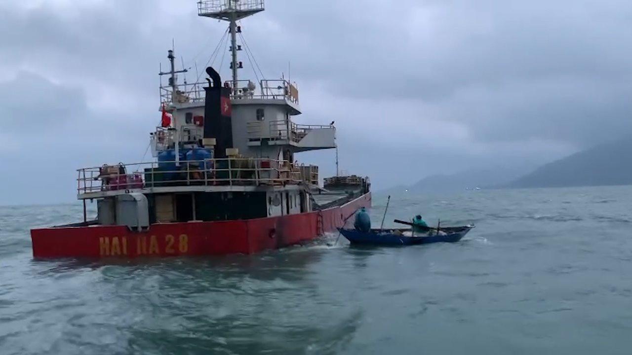 Quảng Nam: Tàu vận tải bị thủng khoang máy, 10 thuyền viên được cứu kịp thời - Ảnh 1.