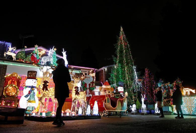 Ảnh: Khắp nơi trên thế giới chào đón Giáng sinh năm 2020 theo cách đặc biệt - Ảnh 2.