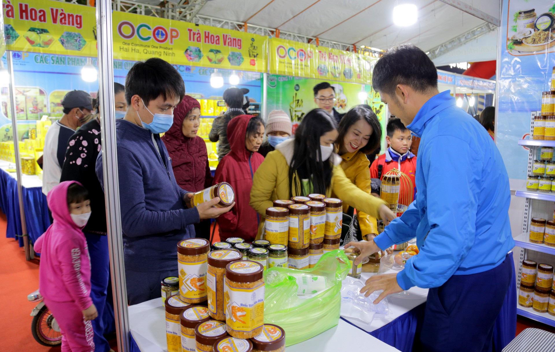 Hàng trăm đặc sản Quảng Ninh bày bán ở Hà Nội, có nước mắm sá sùng- nước mắm của loại hải sản đắt như vàng - Ảnh 1.