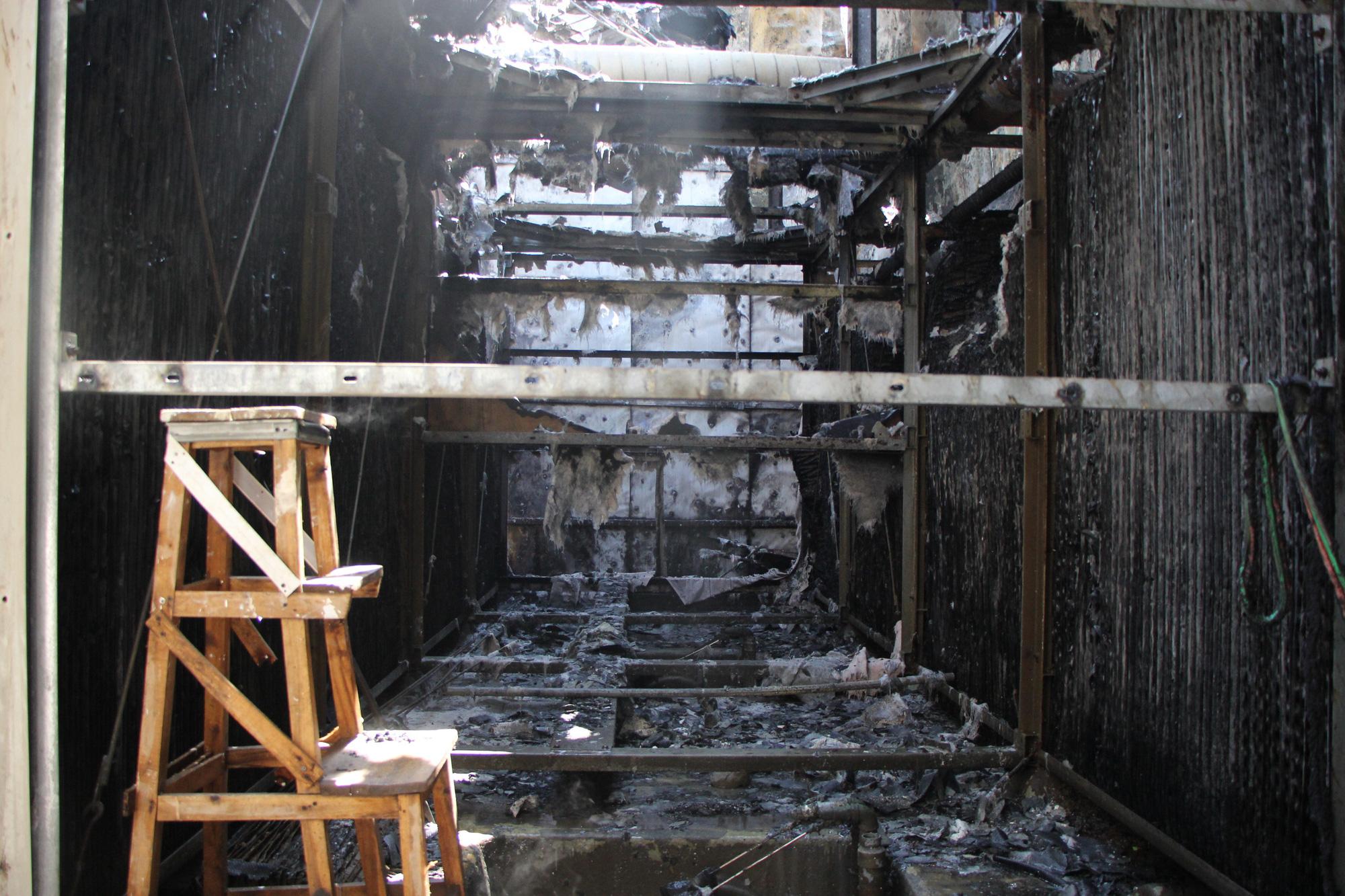 Hà Nội: Cháy hệ thống điều hòa chung cư, hàng trăm người hoảng loạn bỏ chạy - Ảnh 2.