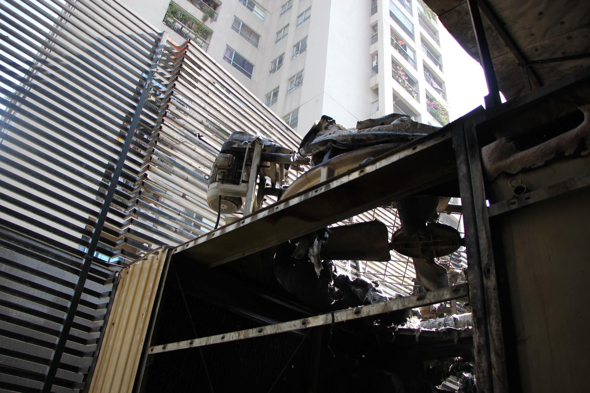 Hà Nội: Cháy hệ thống điều hòa chung cư, hàng trăm người hoảng loạn bỏ chạy - Ảnh 8.