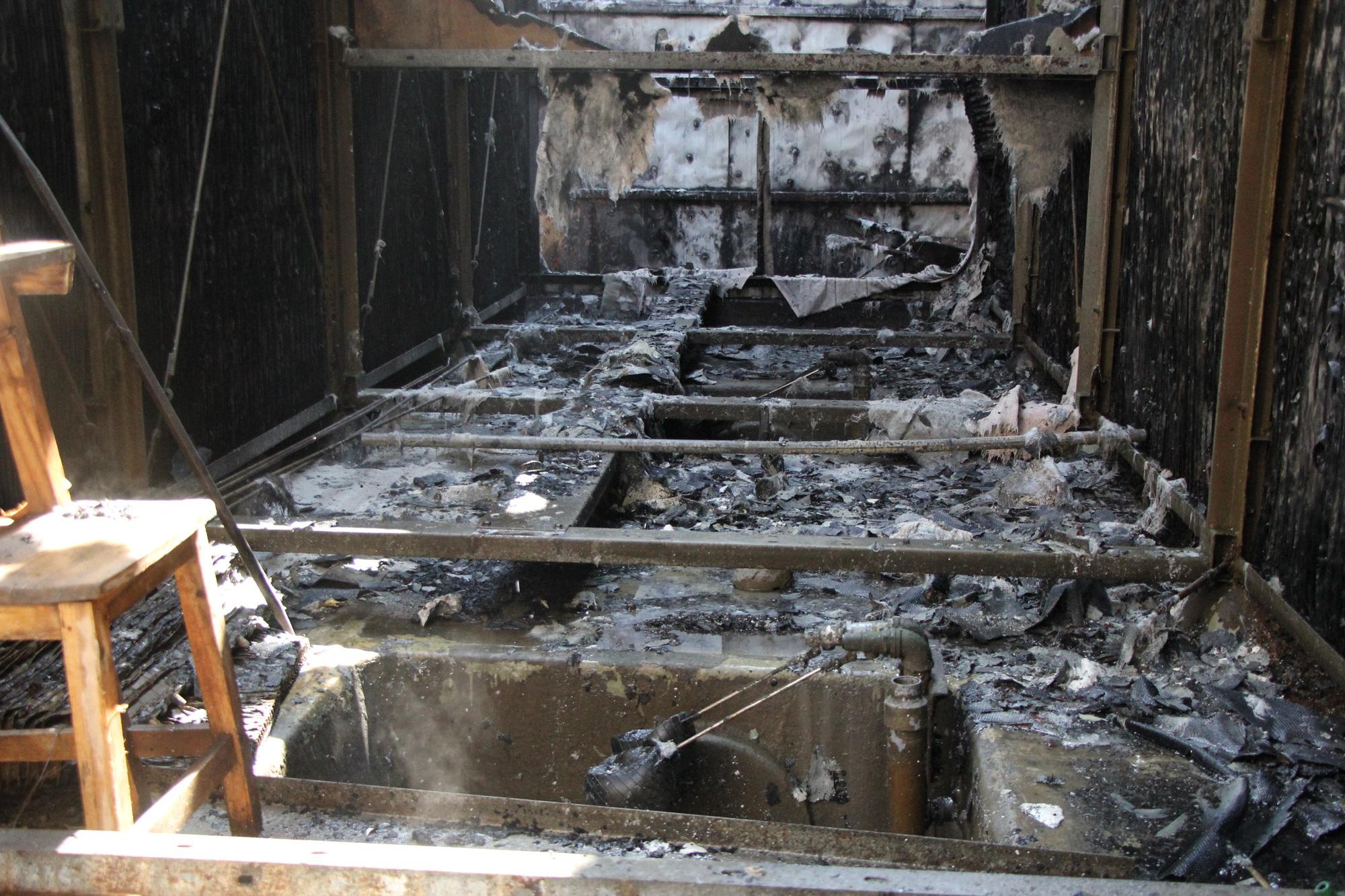 Hà Nội: Cháy hệ thống điều hòa chung cư, hàng trăm người hoảng loạn bỏ chạy - Ảnh 4.