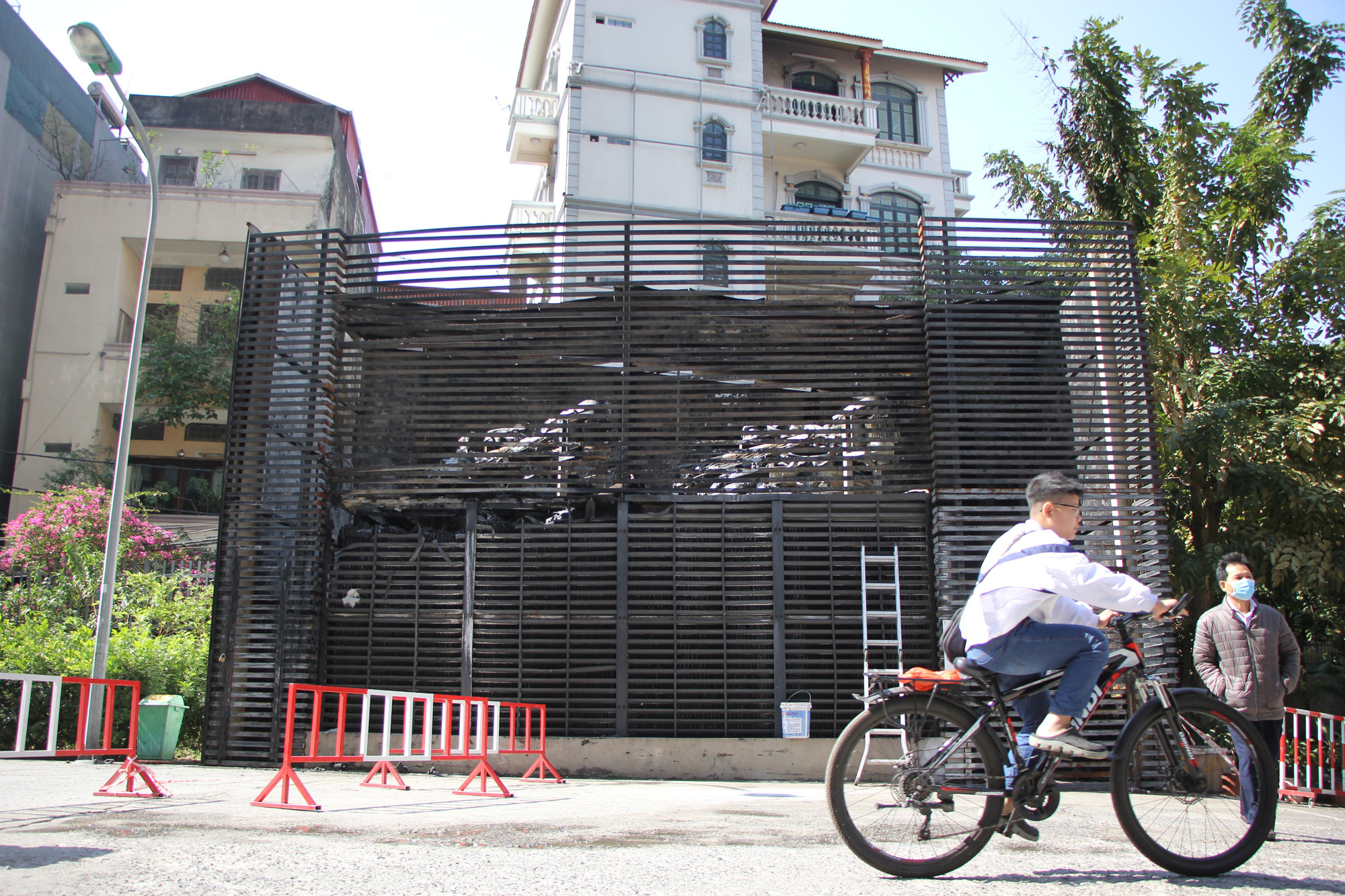 Hà Nội: Cháy hệ thống điều hòa chung cư, hàng trăm người hoảng loạn bỏ chạy - Ảnh 3.