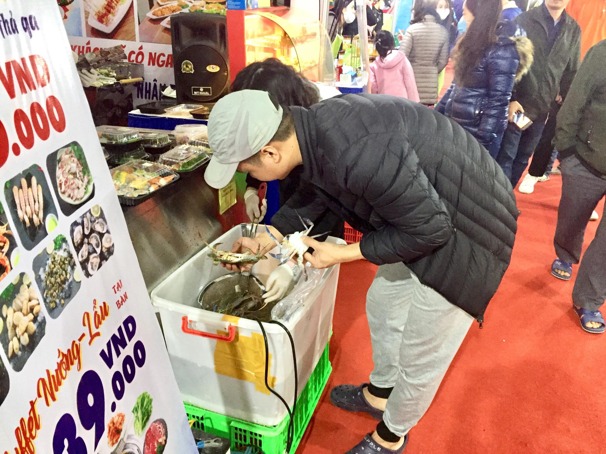 Hàng trăm đặc sản Quảng Ninh bày bán ở Hà Nội, có nước mắm sá sùng- nước mắm của loại hải sản đắt như vàng - Ảnh 2.