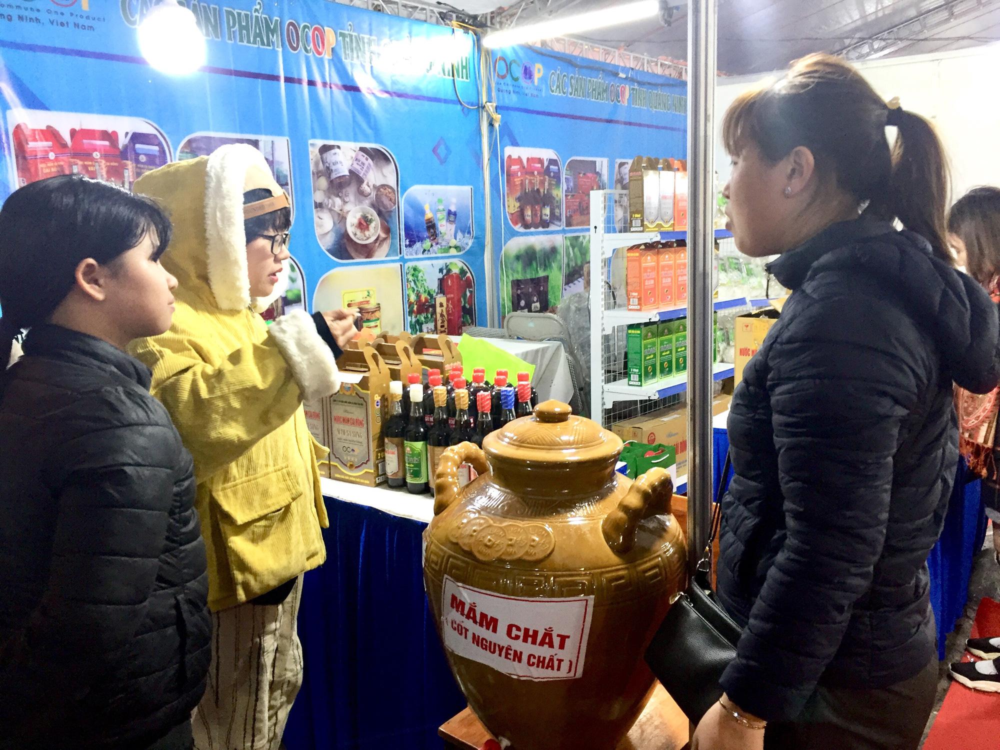 Hàng trăm đặc sản Quảng Ninh bày bán ở Hà Nội, có nước mắm sá sùng- nước mắm của loại hải sản đắt như vàng - Ảnh 3.