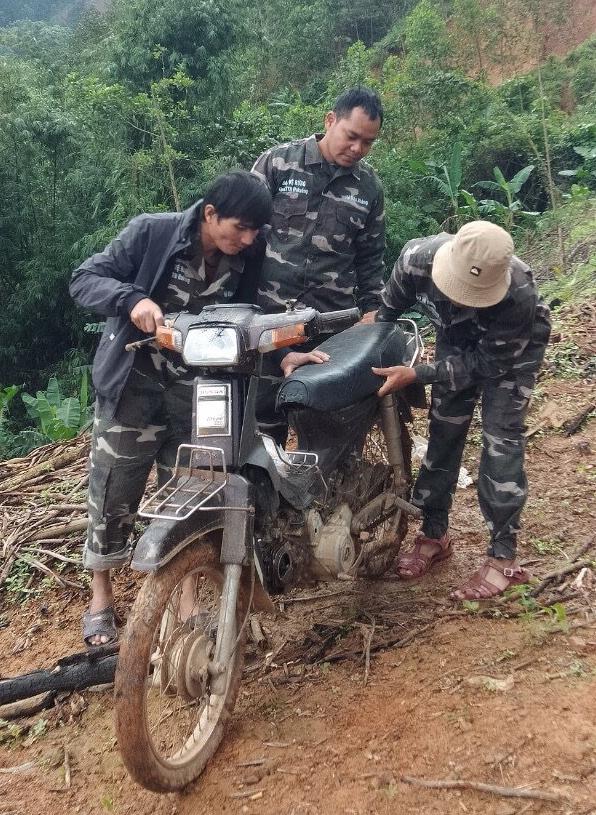 Lâm tặc đập xe tổ bảo vệ rừng để trả đũa - Ảnh 1.