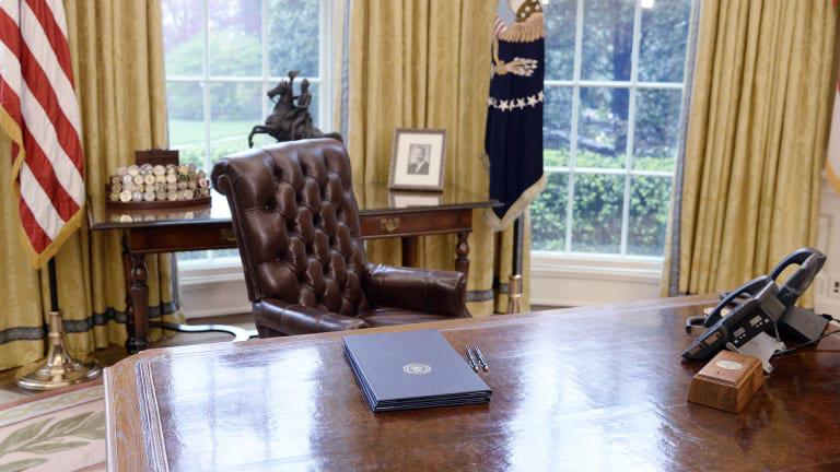 Mỹ chuyển giao quyền lực: Tổng thống từng rời khỏi thành phố, gửi thư cho người kế nhiệm - Ảnh 1.