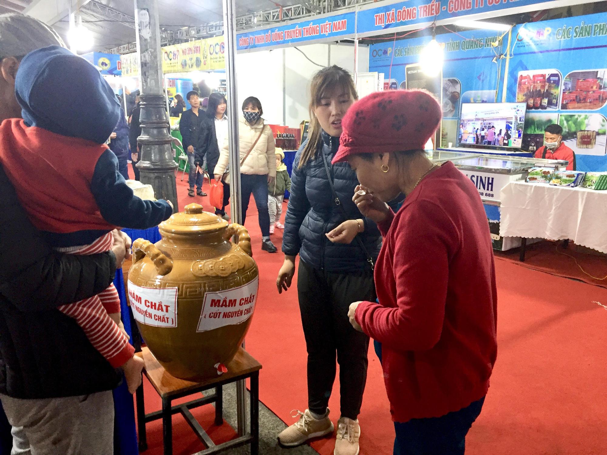 Hàng trăm đặc sản Quảng Ninh bày bán ở Hà Nội, có nước mắm sá sùng- nước mắm của loại hải sản đắt như vàng - Ảnh 4.