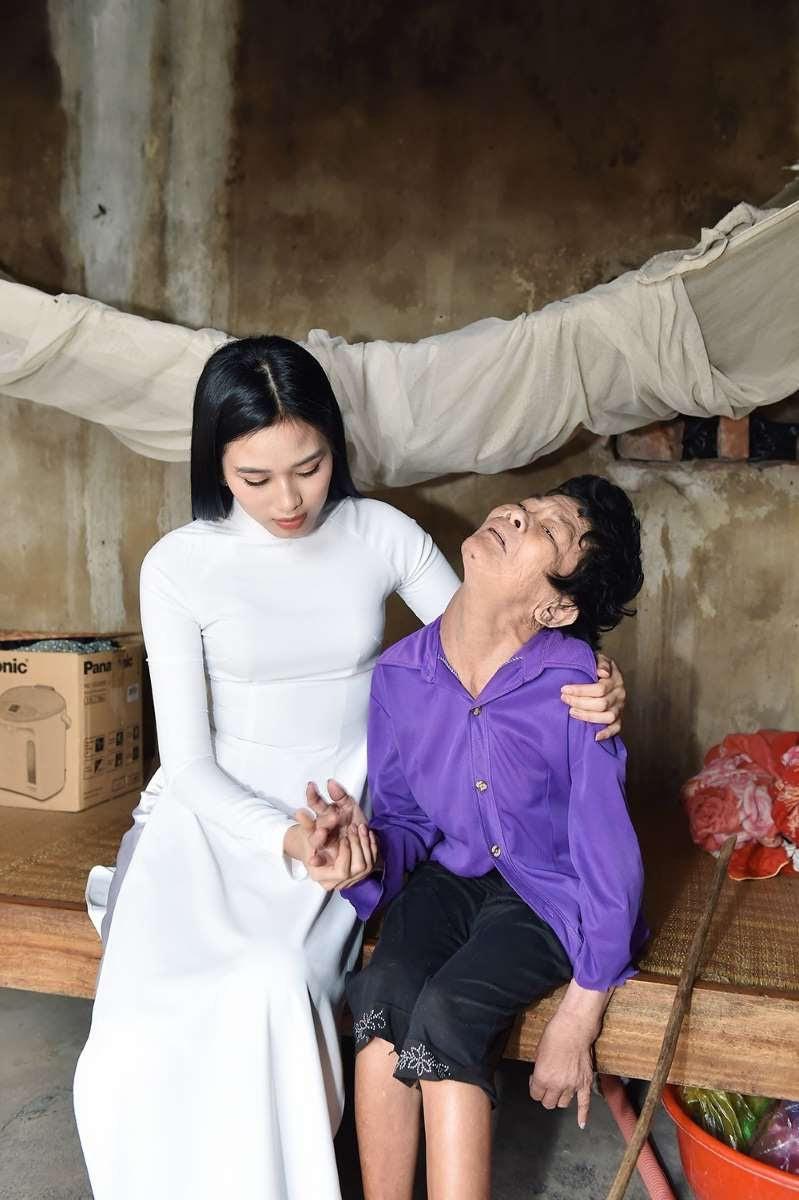 Bị Trang Trần chê ăn mặc rườm ra, trang điểm đậm đi từ thiện, Hoa hậu Đỗ Thị Hà đưa ra phản hồi - Ảnh 3.