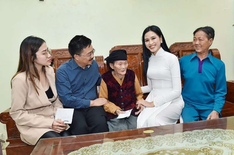 Bị Trang Trần chê ăn mặc rườm ra, trang điểm đậm đi từ thiện, Hoa hậu Đỗ Thị Hà đưa ra phản hồi - Ảnh 4.
