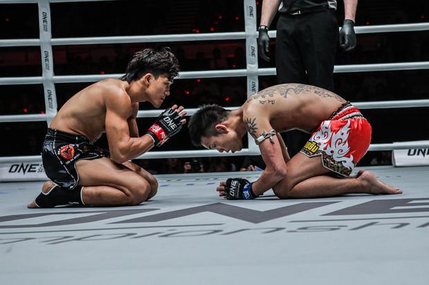 Hạ knock-out Yuta Watanabe, vì sao Nguyễn Trần Duy Nhất lại... quỳ gối? - Ảnh 2.
