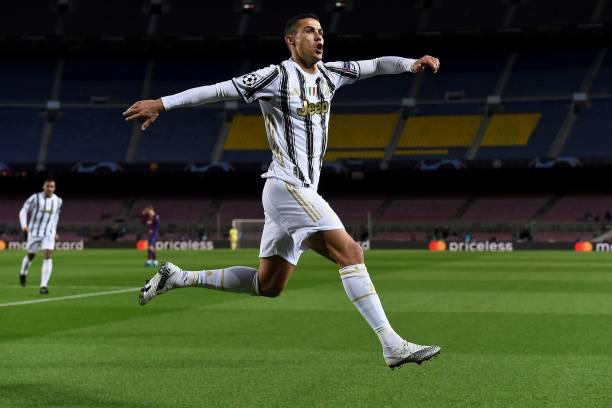Ronaldo làm lu mờ Messi ngay tại Nou Camp.