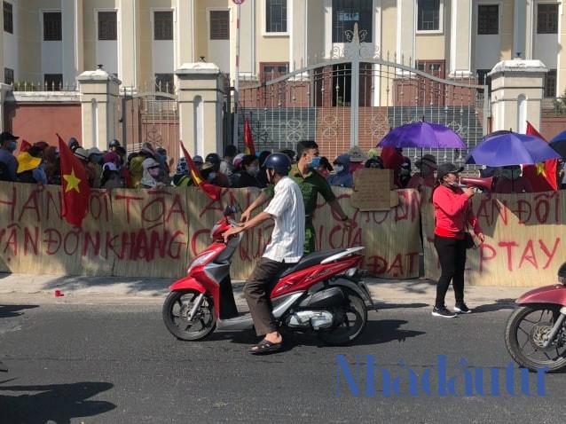 Hàng trăm người mua nhà căng băng rôn phản đối ở cổng TAND Cấp cao Đà Nẵng - Ảnh 1.