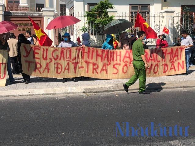 Hàng trăm người mua nhà căng băng rôn phản đối ở cổng TAND Cấp cao Đà Nẵng - Ảnh 2.