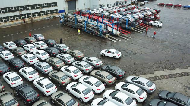 Doanh số tụt dốc thảm vì virus corona, loạt đại lý ô tô Trung Quốc cầu cứu ngân hàng  - Ảnh 1.
